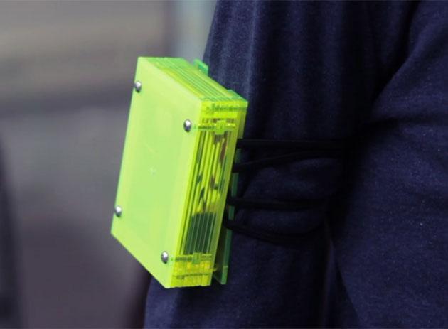 Echte Gefühle: Der Anstups-Automat fürs Handgelenk