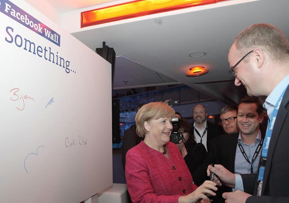 Hoher Besuch: Zuckerberg im Bundestag, Rösler in Palo Alto, Merkel unterschreibt auf der Facebook Wall